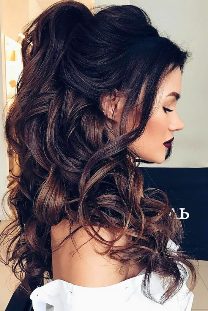 Coiffure femme cheveux mi long boucles